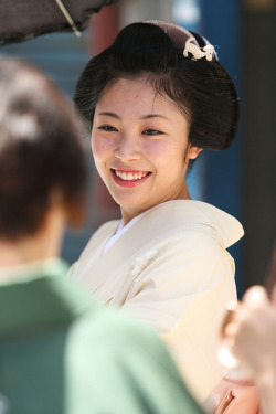 beautiful japanese smile  Located : Miyagawa-cho street, Higashiyama district, Kyoto. Aug 1, 2012.  bmdchan:  Smile by Teruhide Tomori on Flickr.