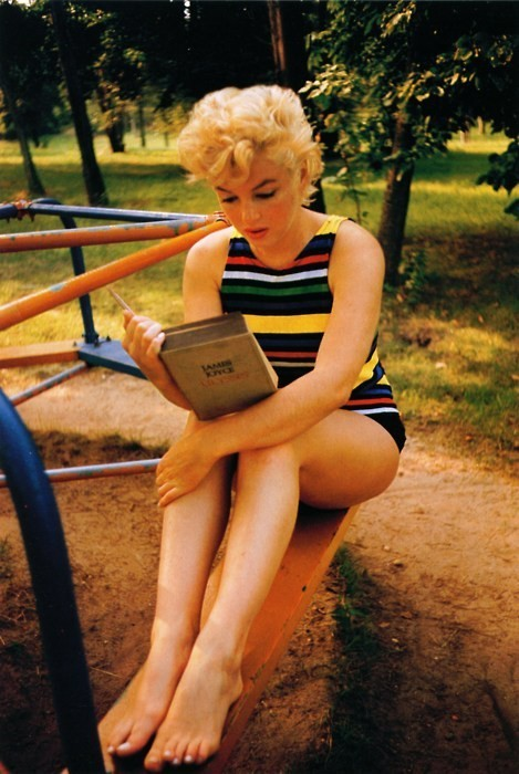 la-prima-cosa-bella-eses:  Marilyn Monroe reads 'Ulysses' by James Joyce..1954  Not how you usually think of her. Me likey. :)