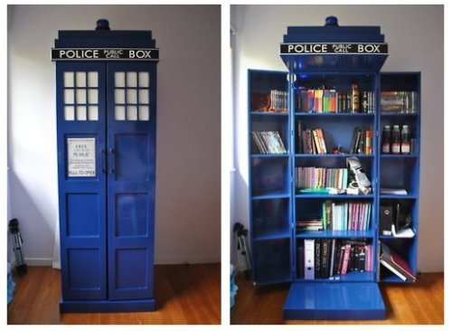 bookshelfporn:     Brilliant TARDIS Bookshelf.           Oooohh myyy.. Globz!Tardis book shelf!!