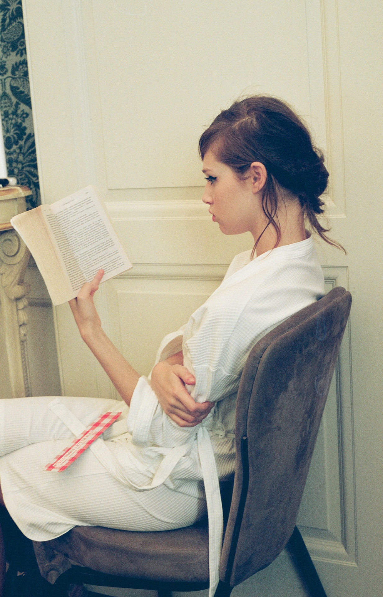 A Mulberry model with her nose in a book. Photo by Roberta Ridolfi. See all our pics here.