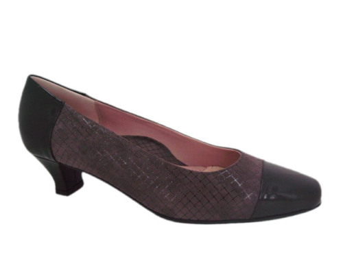 The women's Beautifeel Rebecca is sophisticated and stylish, perfect for the working-woman. Spectator style is classic and timeless. Italian leather uppers with patent toe and low kitten heel give this shoe added flair. With high technology soft padding this shoe is as comfortable as it is cute. The latex sole along with the double-density rubber heel offers superior comfort.