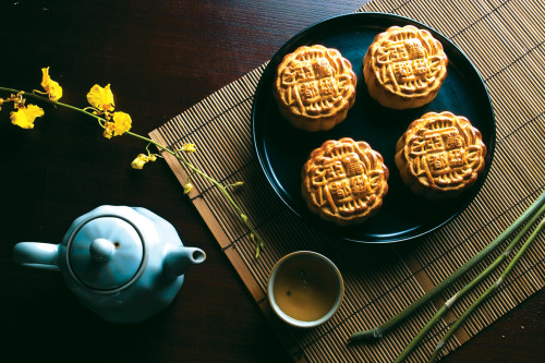 vivelemetaformose:  Happy Mid-Autumn Festival(中秋節快樂) to whoever celebrates it. Moon cake picture courtesy of Landis Hotel in Taipei.