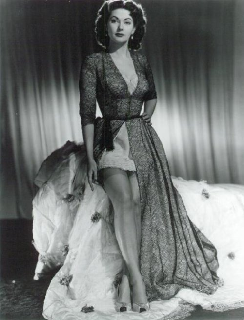 Yvonne De Carlo, 1940s. I'm a little in love.