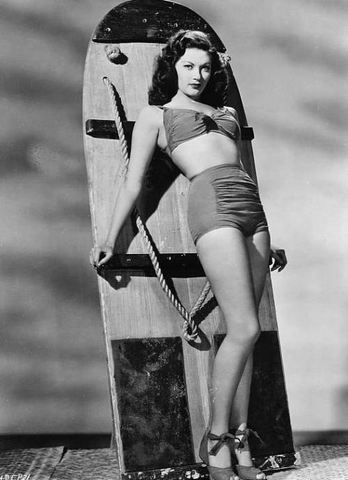 Yvonne De Carlo, 1940s. She's so perfect it hurts.