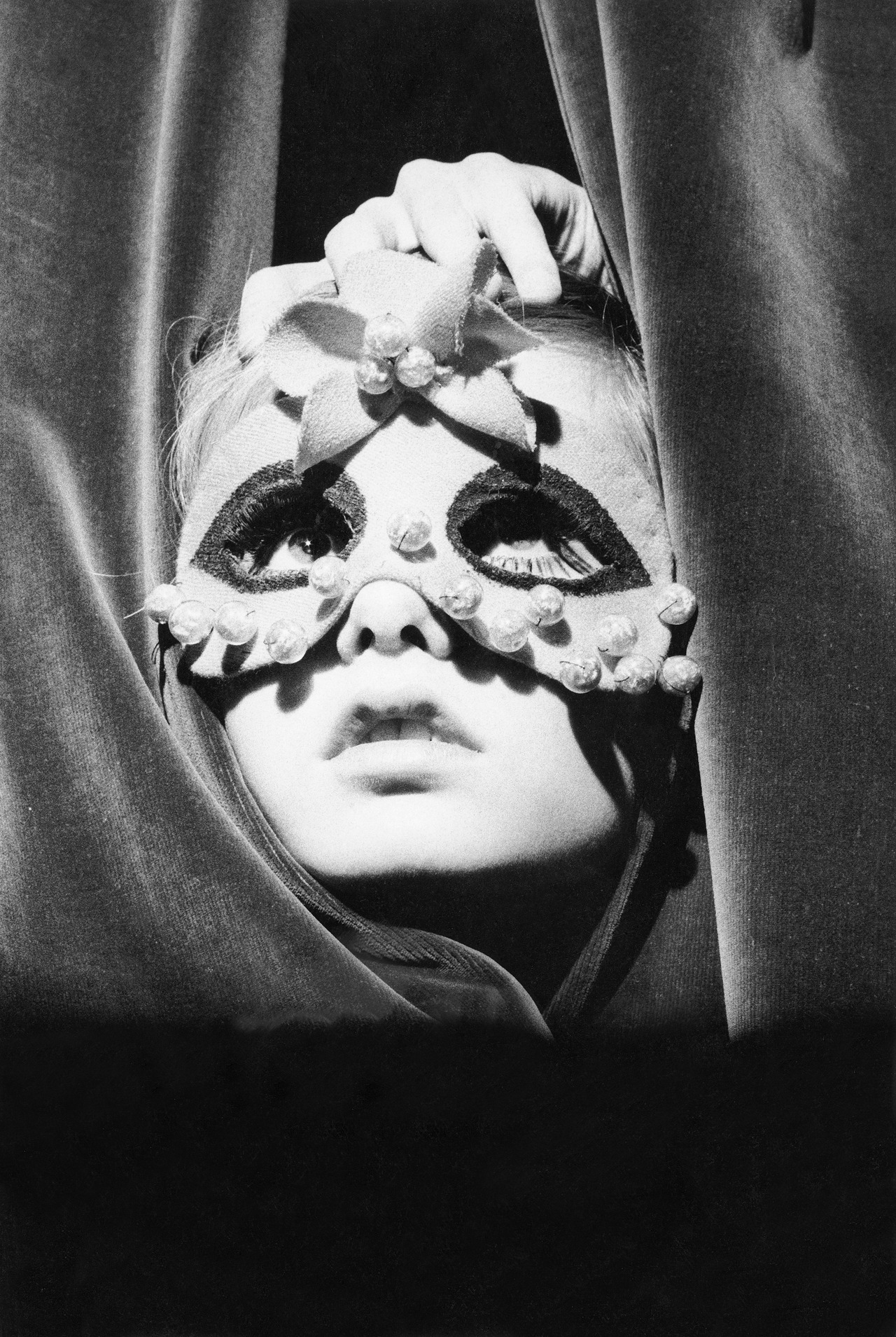 vogueaustralia:  From the Vogue archive: A young Twiggy wearing a mask and peeking through the curtains of the Paris shop Torrente, 1967 #vogue365
