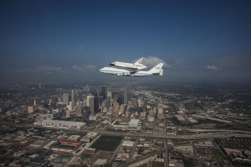 Endeavour Fly-over Houston, TX (jsc2012e6077) (di nasa hq photo)
