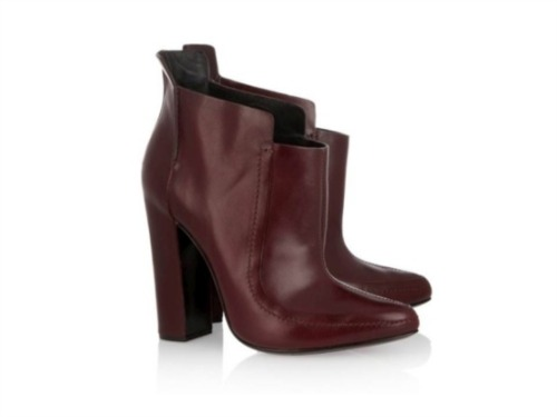 These shoes were made for walking:  Botins 730€ Alexander Wang   Mais aqui: http://lifestyle.publico.pt/shopping/310437_these-shoes-were-made-for-walking#1