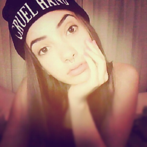 Put on a beanie when it's 30 degrees outside #pvnk #nomakeup (Tomada con Instagram)