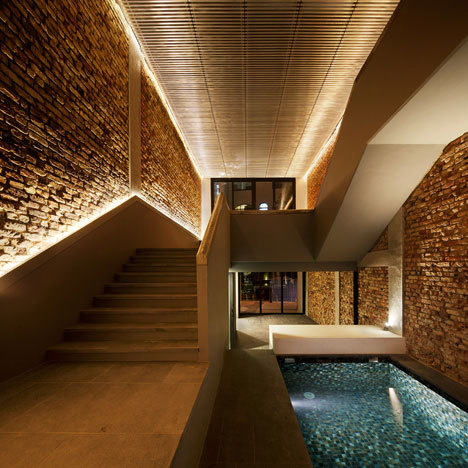The Pool Shophouse by FARM and KD Architects Amy Frearson, dezeen.com Archi­tec­ture stu­dios FARM and KD Archi­tects have con­vert­ed a 1920s shop­house in Sin­ga­pore into a res­i­dence with a swim­ming pool stretched along the ground floor.