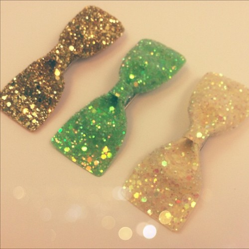 Glittering bows coming soon to Hello Holiday in gold, green and pale yellow! Each has a nice, sturdy alligator clip on the back, so you can clip them pretty much anywhere.