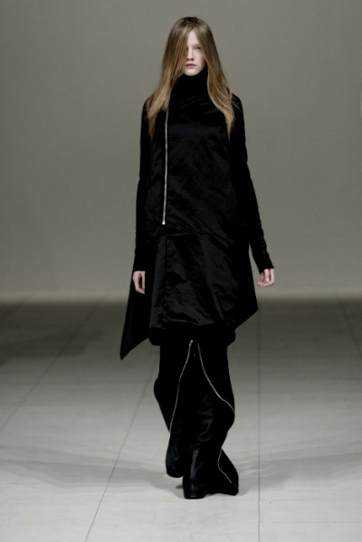 aliciahannahnaomi:   Vlada Roslyakova at Rick Owens F/W 2008  If my hair (style - not colour) doesn't look exactly like this by the time my fringe grows out all hell is going to break loose.