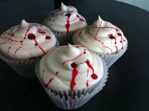 halloweenblogfuckyeah:  Vampire Cupcakes! SO easy and cute!