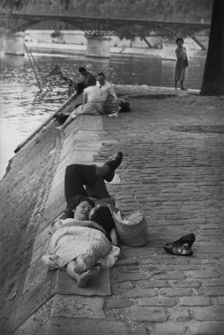 greeneyes55:  Paris 1955Photo: Henri Cartier-Bresson