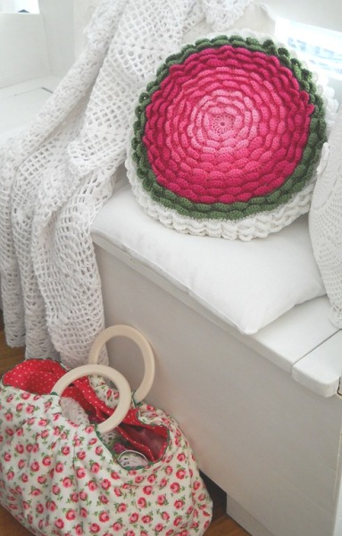 podkins:  I can NOT stop thinking about that gorgeous Anazard cushion that I blogged about yesterday.  So — I'm blogging some more pretty of it today! Drool and enjoy!
