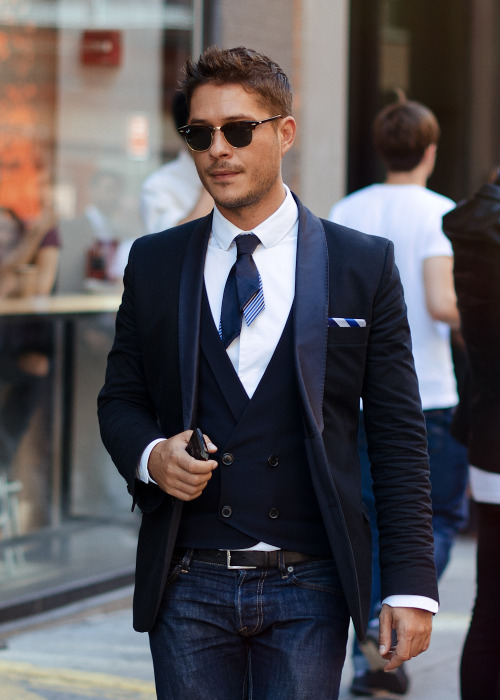 meninthistown:  Shortcut. Get the look: Cravate fine et courte.