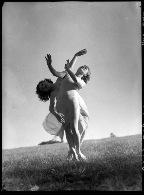 Emmy Towsey and Evelyn Ippen, Bodenwieser Ballet in Centennial Park, photo by Max Dupain (1939)