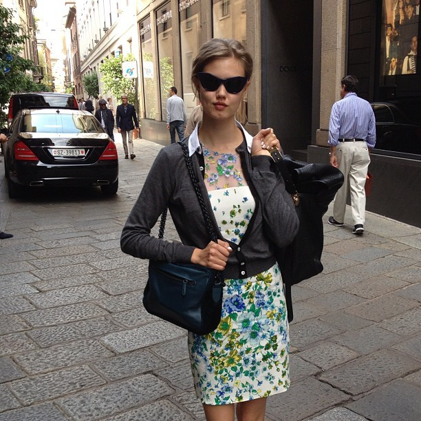 officialstyledotcom:  Lindsey Wixson browsing around Milan. ML (Taken with Instagram)