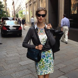 Lindsey Wixson browsing around Milan. ML (Taken with Instagram)