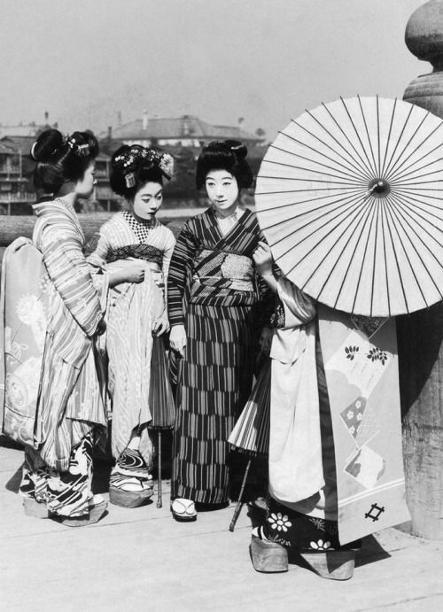 Geiko and Maiko on a sunny day.