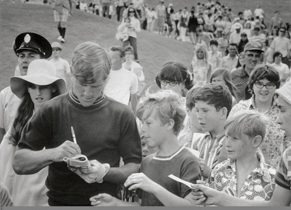 Bobby Orr signing autographs while playing golf in May 1970. (Source: @si_vault)