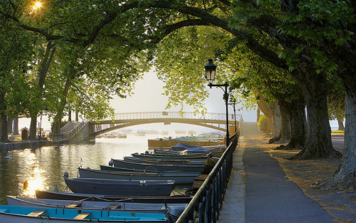 illusionwanderer:  Canal du Vassé, Annecy, Rhône-Alpes, France by HM0_Test on Flickr.