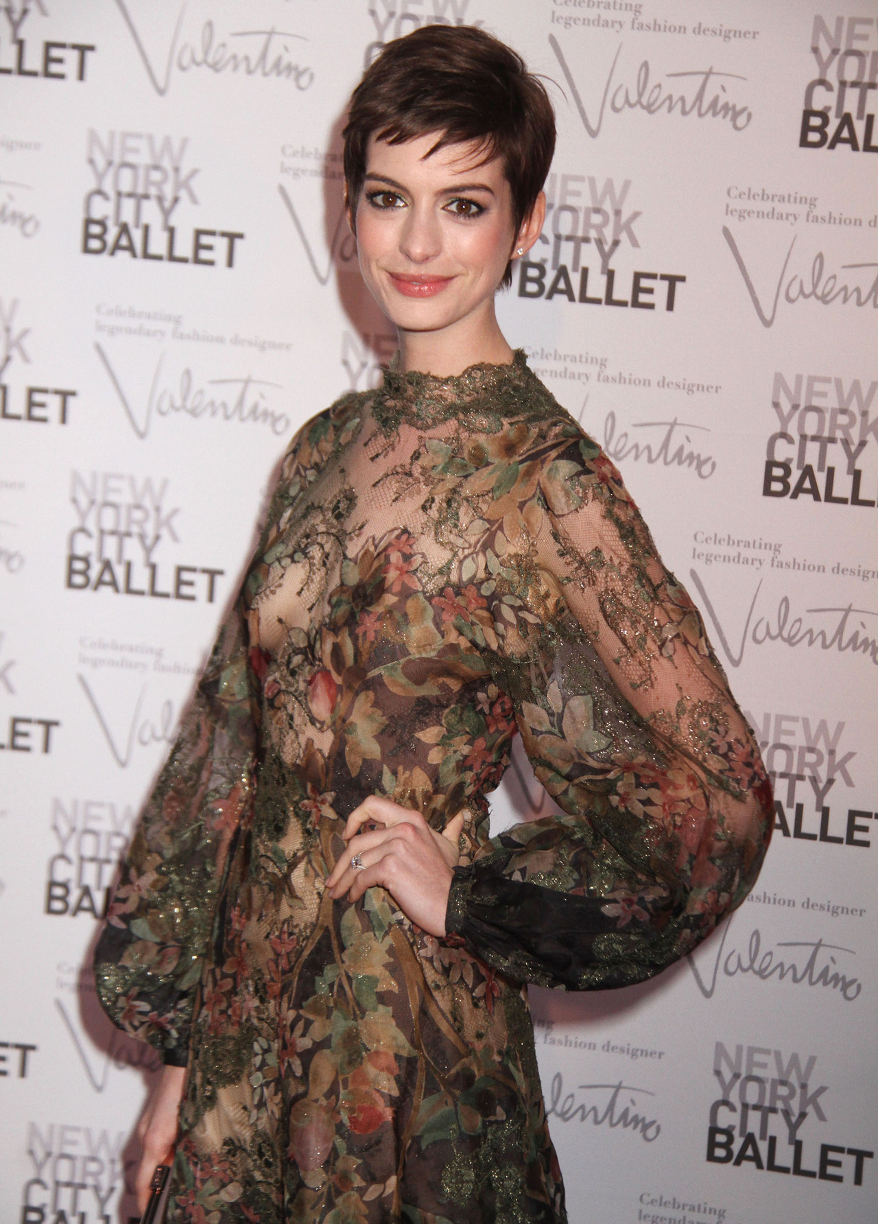 leitnickgirl:  suicideblonde:  Anne Hathaway at the NYC Ballet Gala, September 20th  she looks damn good.