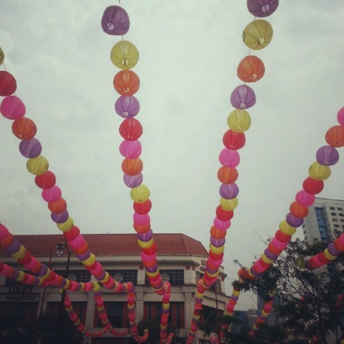 Plastic lanterns. #Chinatown #Singapore #Festival #Singapore #UniquelySingapore #Mid-AutumnFestival #MoonCakeFestival (Taken with Instagram at People's Park Centre 珍珠大厦)