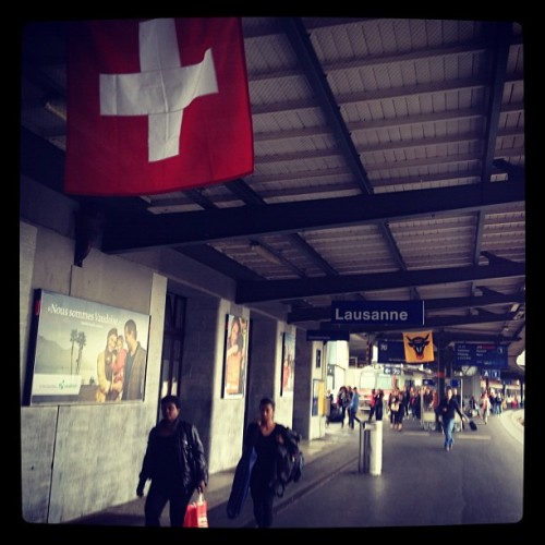 #trainpeople #flags #lausanne #station #gare #streetphotography  (Pris avec Instagram)