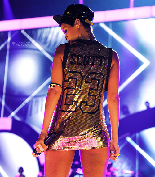 chrianna-drianna:   Follow thatloudnavy for more Rihanna.