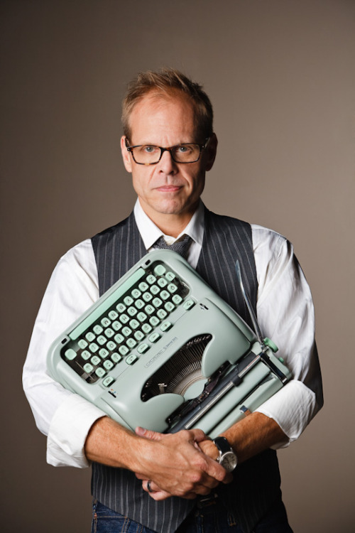 theantikeychop:  Alton Brown and his beloved Hermes 3000 Typewriter. The Antikey Chop  JESUS CHRIST, I LOVE YOU.