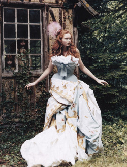 ilivebytherulesoffashion:  Lily Cole for Vogue november 2004