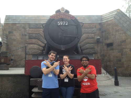 nerdfightersdontfightnerds:  Representing nerdfighteria at Wizarding World of Harry Potter    In an unrelated vidcon post, today I met up with Sam (NerdFightersDontFightNerds) and Charles at the Wizarding World. It was my first time going and it was amazing :')  I got 6 others to recognize my Pizza John shirt too!