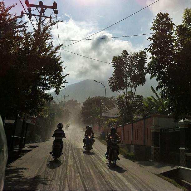 Jalan berdebu pascaerupsi Gamalama, Ternate, Minggu (16/9) | Dusty road after Gamalama eruption on Sunday (16/9) | #photography #foto #photos #photojournalistic #ternate #volcano #indonesia #eruption  (Taken with Instagram)
