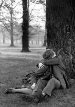 sinuses:  GI and girlfriend under a tree, Hyde Park, London, 1944. By Ralph Morse.