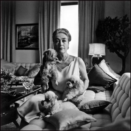 Bruce Davidson, Joan CRAWFORD in her 5th Avenue apartment.