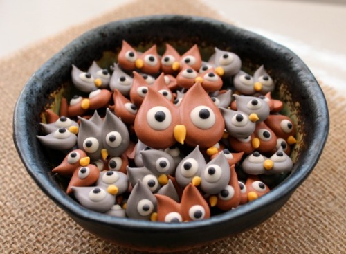 gastrogirl:  royal icing owls with a how-to.