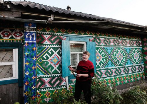 gurlpwr:  Olga Kostina decorated her village house in Russia with 30,000 plastic bottle caps! Unreal!
