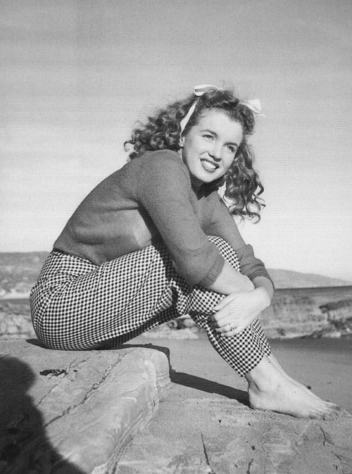 marilynettelounge:  #Marilynettes ~ Sweater beach weather. [1945 by Andre de Dienes]