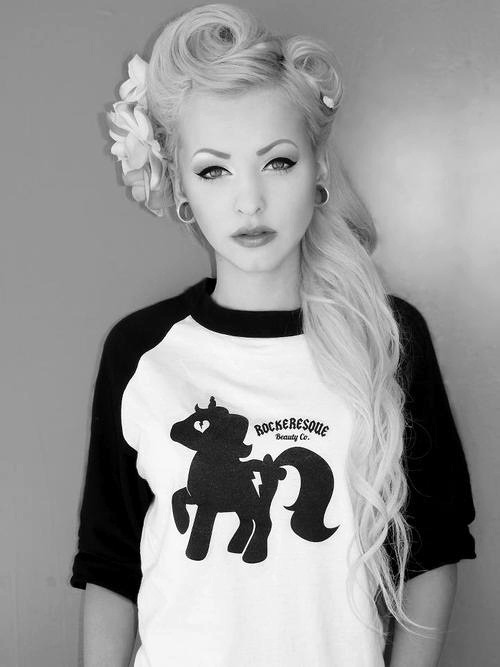 holy fuck this girl is beautiful. why can't i look like this? waa :(