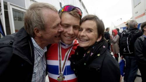 Edvald with his mum and dad. (via Foreldrene rørt over sølvgutten | Aftenbladet.no)