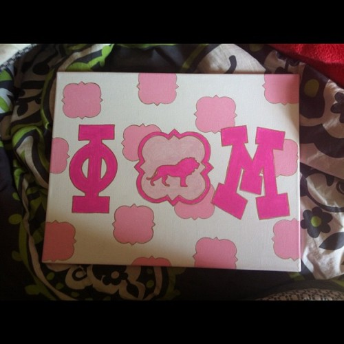 Wish I was crafty like my mom.😒 #crafty #mom #canvas #iwish #phimu #phimukappaeta #college #pink #lion #quatrefoil #gold #phi #mu #lightpink #love #painting #sorority  (Taken with Instagram)
