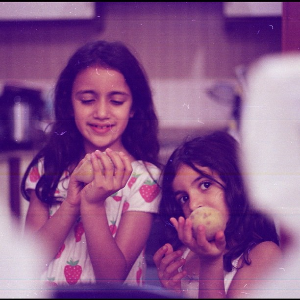 A bad scan. #film #leica #m7 #lomography #kids #apples #dana #aya #bokeh #kaifee  (Taken with Instagram)
