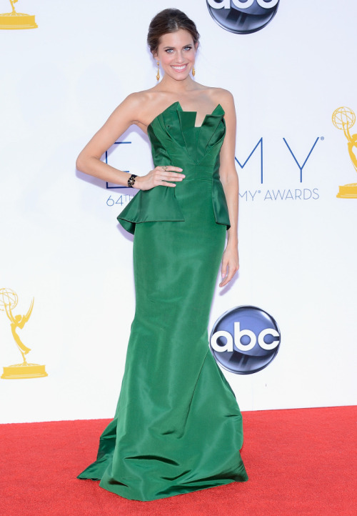 Allison Williams in Oscar de la Renta at the 2012 Emmys.