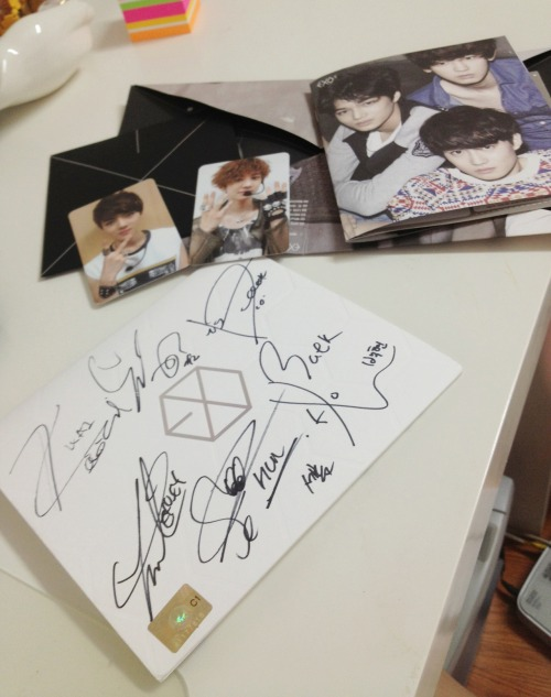 ** EXO-K SIGNED CD GIVEAWAY ** (sorry for the bad picture it was taken in a rush ;;) long story short: ugh, ok, so my mom thinks that i have too much kpop merch, so she basically threatened to throw away my albums if i didn't get rid of them (she thinks i worship my biases and will become the leader of some satanic kpop cult w0t… but i'm not going to prove her wrong L O L) yes yes i know this is one of my more treasured albums ;A; and i'm really sad about giving it away, but i figured I'd rather give it away to my lovely fellow exotics or kpop lovers than to throw it away in the trash… so yes, here I am with this giveaway. What is included: - The exo-k mama autographed (yes autographed) mini album cover - and the CD obviously - A photobook - A Chanyeol and Sehun photocard Rules:  1. Reblog 5 times in total (no giveaway blogs. I will check) 2. Likes do count.  3. You don't have to follow me, but it would be greatly appreciated ^^ 4. Giveaway ends: October 30th 5. The winner will be chosen by random. 6. (not a rule) I WILL SHIP INTERNATIONALLY :D 7. Good luck!!! c: