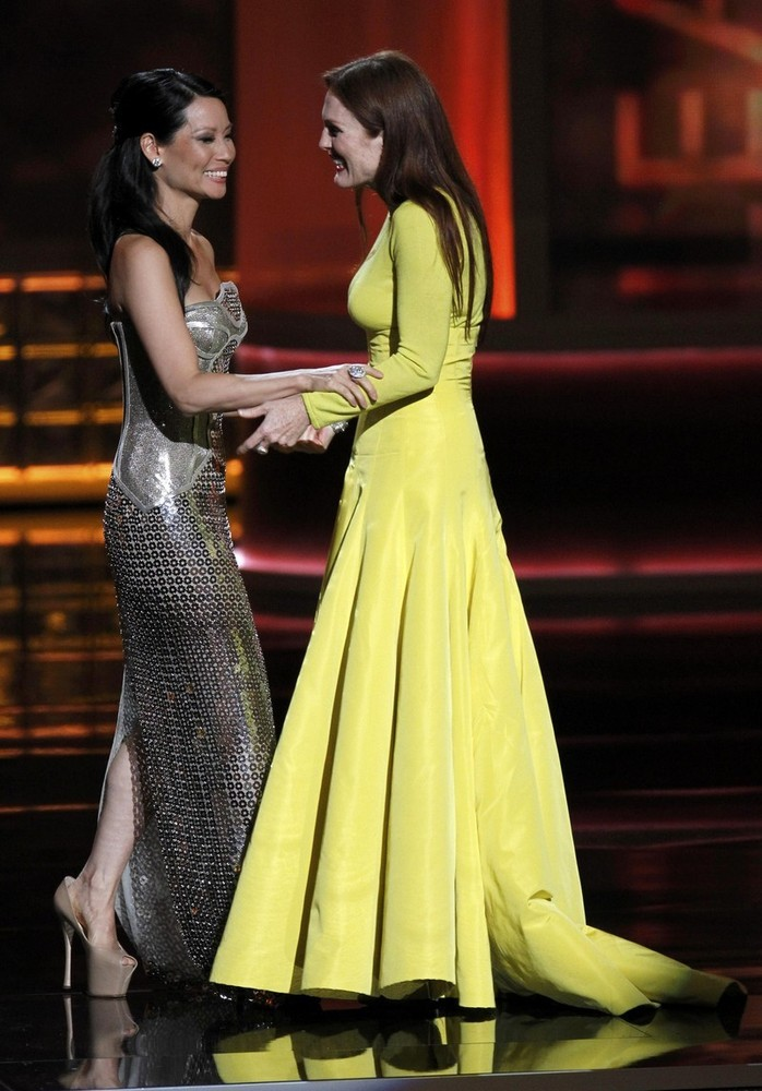Lucy Liu & Julianne Moore - 2012 Emmys KISS HER!  IT WORKED!