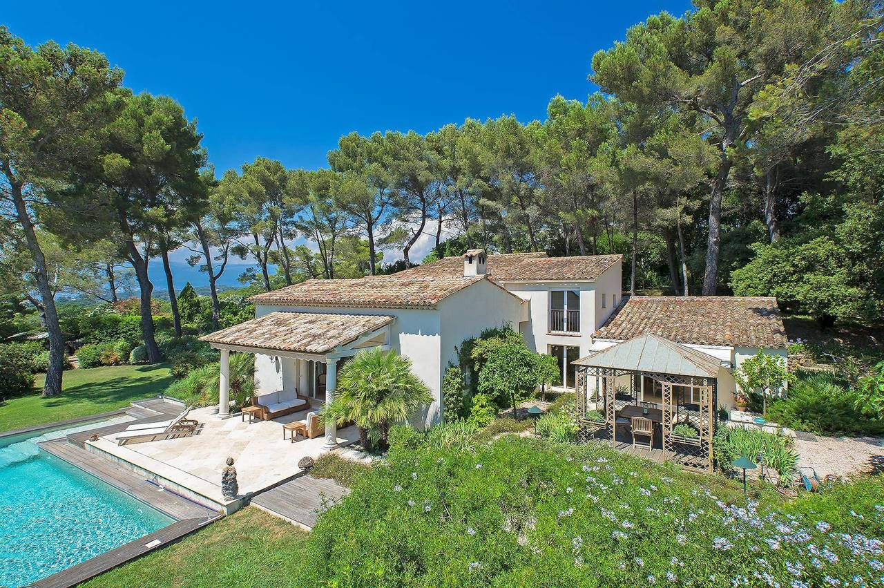 A dreamy immaculate 5 bedroom villa in the heart of the Mougins countryside with far reaching views. Absolutely gorgeous!!