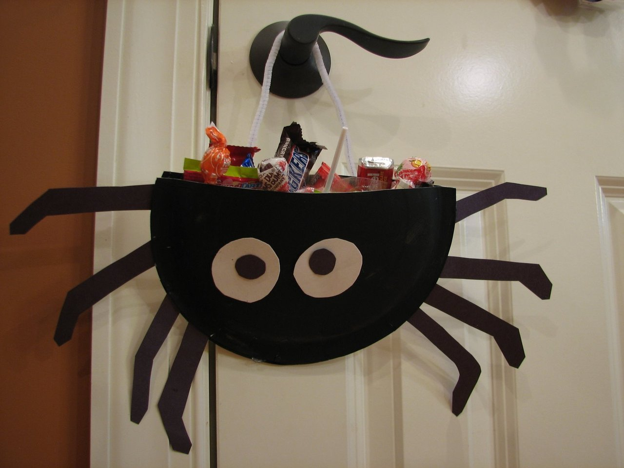 Paper Plate Spider Candy Holder via(theramblingsofacrazywoman)