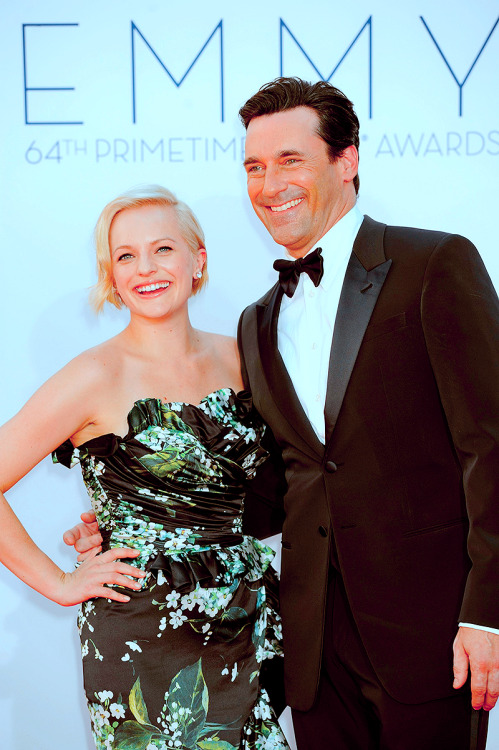 noirhummingbird:  » [36/50] photos of the Mad Men Cast  ——- Blondie Elisabeth Moss and Jon Hamm at the 2012 Emmys.