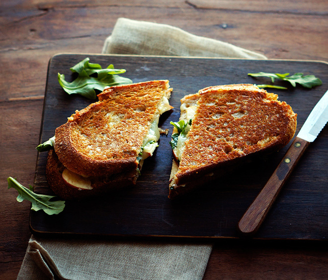 noperfectdayforbananafish:  (via Apple Cheddar Grilled Cheese | Foodess.com)