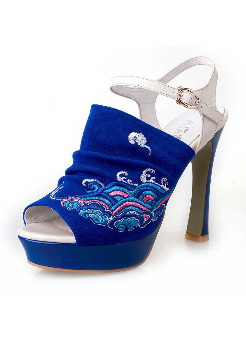 (via Cloud & Sea. Chinese Embroidery Fish-mouth High Heel)